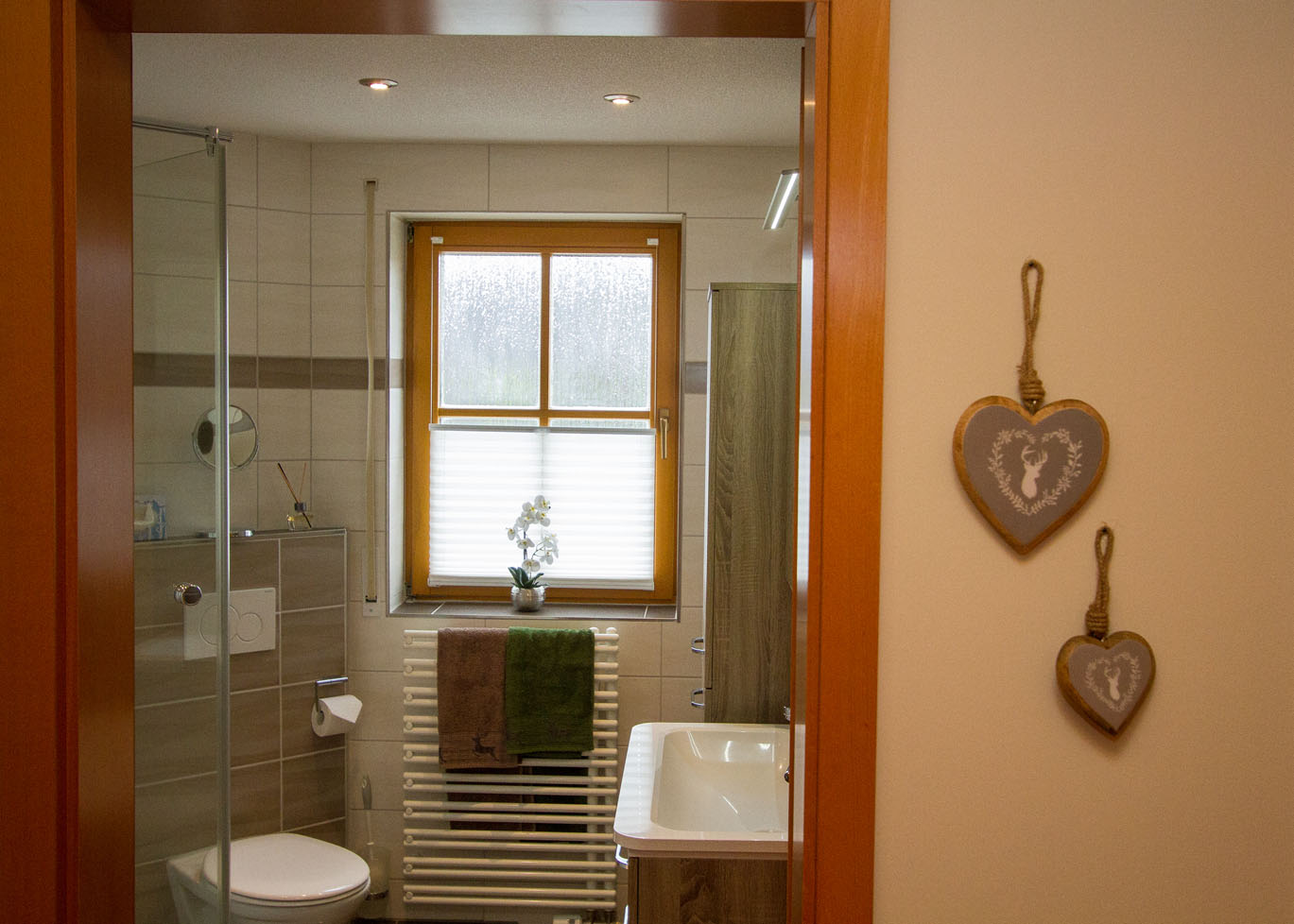 Blick vom Flur ins Badezimmer